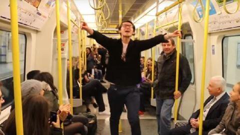 A londoni metróban táncolva emlékezett Prince-re a rajongó – szívmelengető videó