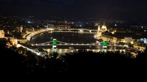 Ámulatba ejtő díszkivilágítást kapott a Lánchíd a riói olimpia tiszteletére