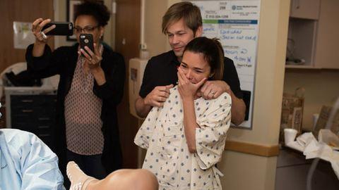 Megható fotók: az anya először fogja kézbe gyermekét, akit béranya hozott világra