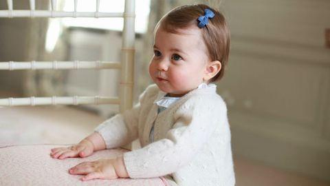 Friss fotók: Charlotte hercegnő füvet nyír és nagyon cuki