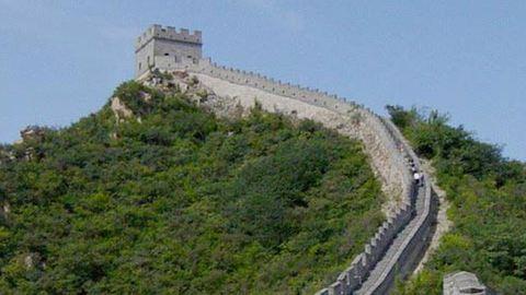 Lezuhant egy turista a kínai Nagy Falról, de túlélte - videó