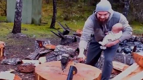 Újszülöttjével a karján vágja a fát ez az apuka – videó