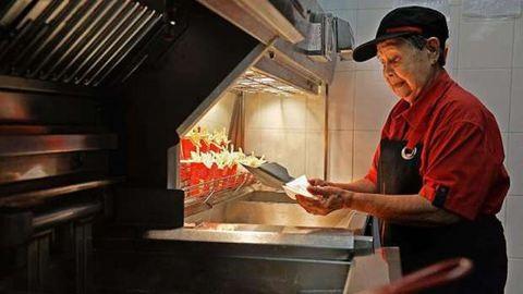 Egy 92 éves néni a világ legidősebb mekis dolgozója