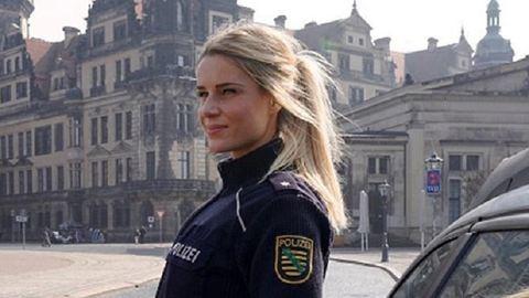 Szexi rendőrnő fotói robbantották fel a netet