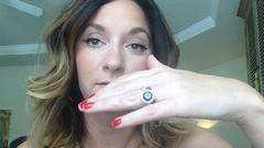 Kiakadtak a nőre, aki kicserélte az eljegyzési gyűrűjét, mert nem tetszett neki