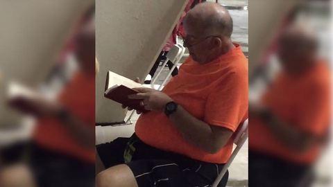 Imádja az internet a bácsit, aki könyvet olvasott a Beyoncé-koncerten, miközben felesége tombolt