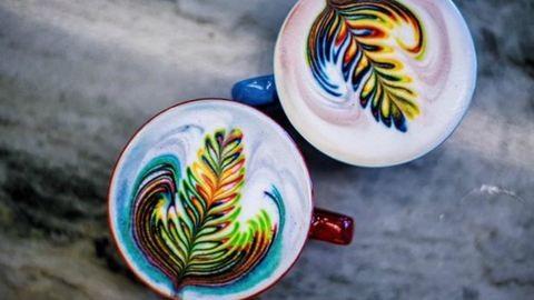 Ilyet még nem láttál: szivárványhabos kávé – fotó