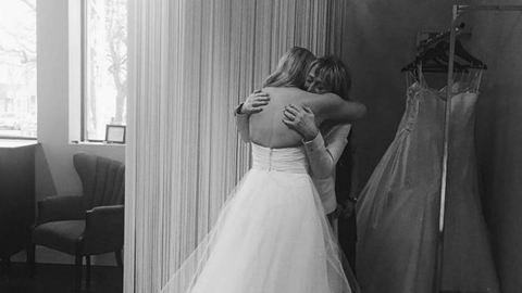 Százak akartak segíteni az elégett ruhájú menyasszonynak