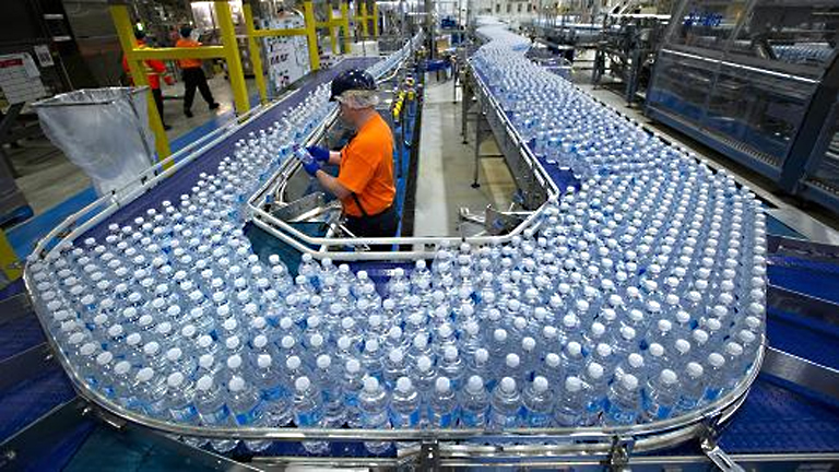 A palackozott ásványvíz gyártása világszinten évi 100 milliárd dolláros üzlet (Fotó: Tumblr)