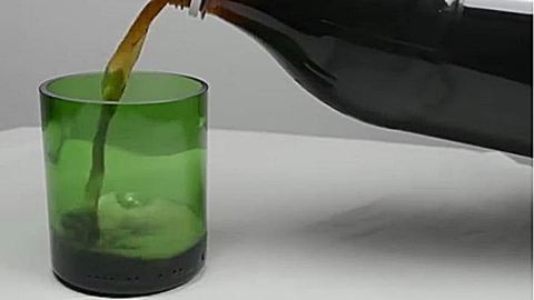 Készíts poharakat üres borosüvegekből!