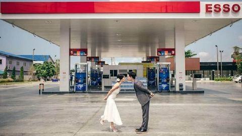 A benzinkúton készítette esküvői fotóit a fiatal házaspár – képek