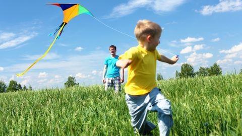 Papírsárkány lomokból – játék kiránduláshoz, amit a gyerekek maguk is elkészíthetnek