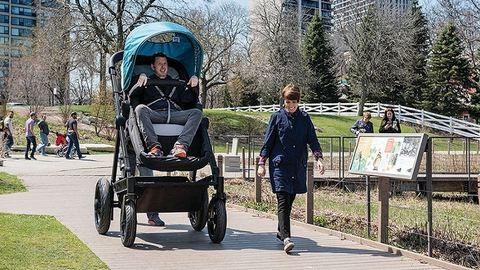 Az óriás babakocsiban megtudhatod, hogyan is utazik a kisbabád – képek