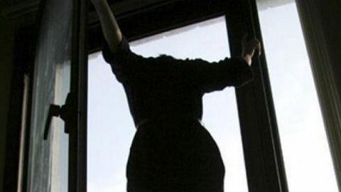 Az ablakból húzták vissza az ugrani készülő nőt