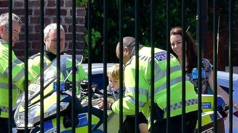 Így feszít György herceg rendőrmotoron – fotó