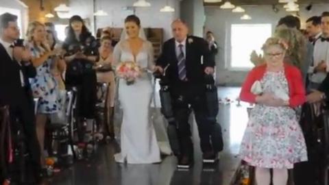 A bionikus ruhának hála, oltárhoz kísérhette lányát