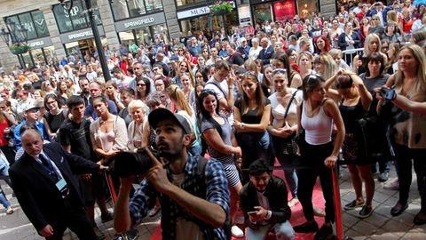 Mi ez a tömeg, pénzt osztanak? Ja nem, csak  megnyílt az új H&M – galéria