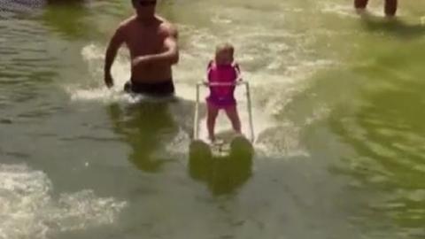 6 hónapos kislány a világ legfiatalabb vízisíelője – videó