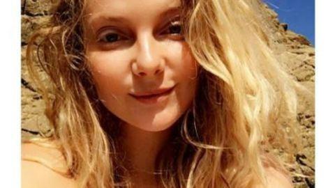 Mihalik Enikő mellét falatnyi bikini fedi