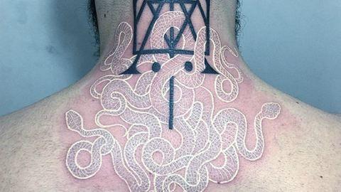 Misztikus fekete-fehér kígyókat tetovál az olasz művész