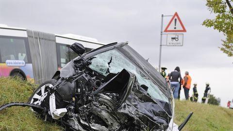 Kisbusz és autó ütközött össze a Balatonnál, sok a sérült