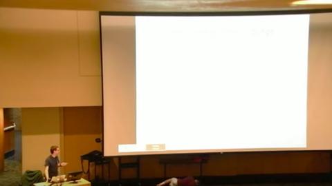 Álmos diák zavarta meg az egyetemi órát – vicces videó