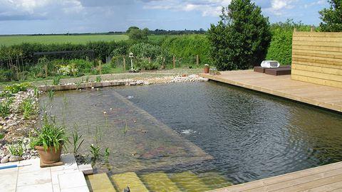 Ezreket inspirál az apuka, aki saját kezűleg épített medencét a kertjébe