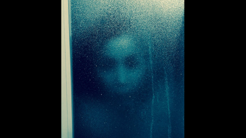 Horrorarcot fotózott a zuhanyzóban