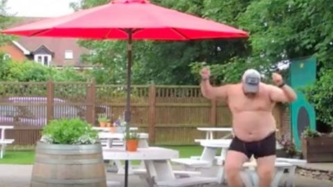 Megőrül az internet a pasiért, aki locsolás közben a nyár slágerére táncol – videó