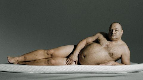 Egy óriás, gyengéd, meztelen férfi az internet kedvence