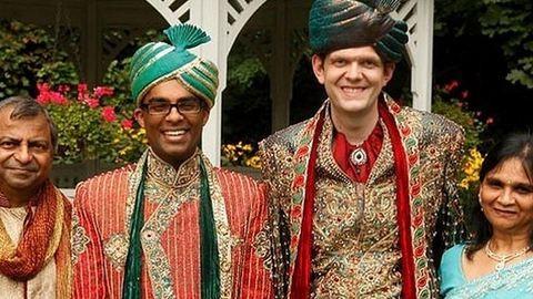 Hatalmas esküvőt szerveztek a hindu szülők meleg fiuknak