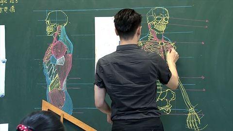 Krétával készít döbbenetes ábrákat egy tanár