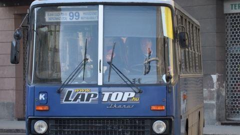 Hölgyem, muszáj fölszállni ennyi gyerekkel a buszra?