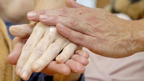 Felfüggesztettet kapott az ápoló, aki egy idős férfi halálát okozhatta