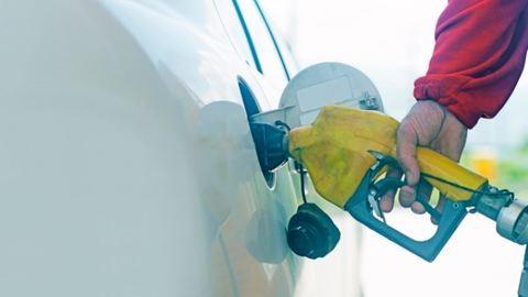 Érdemes várni a tankolással: pénteken ismét csökken a benzin ára