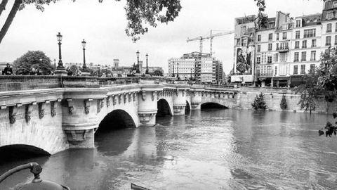 Ilyen Párizs a víz alatt – művészi fekete-fehér fotók az elárasztott francia fővárosról