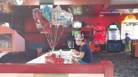 A szülinapját egyedül ünneplő lány családja idén az internetezők segítségét kéri