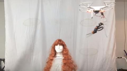 Bizarr videó: drónnal vágat hajat ez a nő