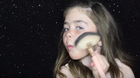 Ez a 6 éves kislány jobban sminkel, mint te valaha fogsz – elképesztő videó