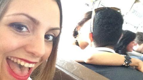Minden csókolózó párt fotóbombáz ez a lány – vicces képek