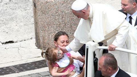 Fogyatékkal élőkkel misézett Ferenc pápa – fotók