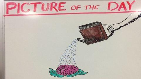Mindennap rajzol diákjainak a kreatív tanár