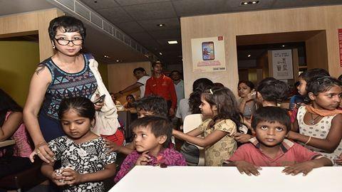 Nem szolgálták ki a szegény gyerekeket az indiai étteremben