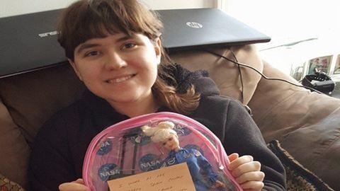 Tízezer képeslapot kapott a 18 éves lány, aki egyedül ünnepelte a szülinapját