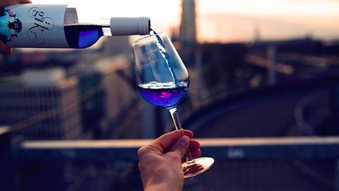 Kék színű bor a legújabb dili