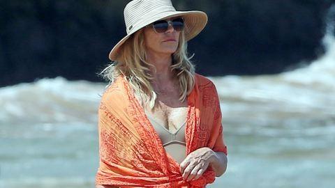 Meztelennek tűnik a 70 éves Goldie Hawn a strandon