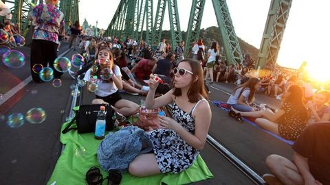 Kolbászsütés és borozgatás a Duna fölött – a Szabadság híd Budapest legmenőbb helye