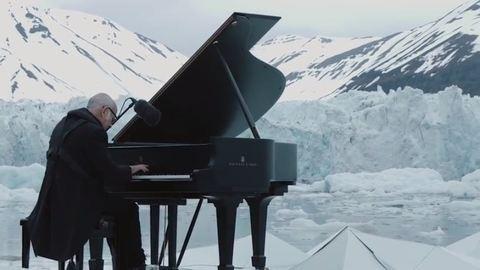 Az Északi-sark úszó jégtáblái között zongorázott az olasz művész