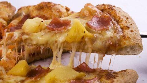 Felhívta a rendőrséget, mert kevés sajtot szórtak a pizzájára – nem vicc