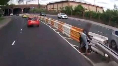 Ordító felelőtlenség! Forgalmas úton tolta át a babakocsit – videó